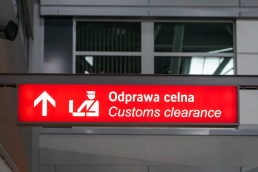 An image of a customs clearance sign with English and Polish languages
